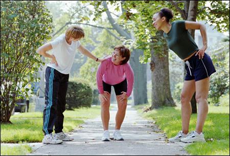 Người bị thoái hóa khớp gối nên hay không nên tập đi bộ