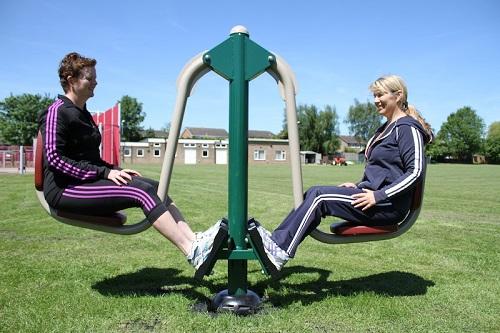 Rèn luyện sức khỏe cùng thiết bị ngoài trời