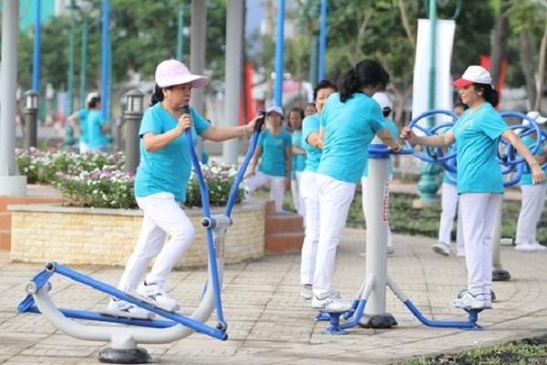 Máy tập thể dục ở công viên giúp cải thiện sức khỏe người lớn tuổi